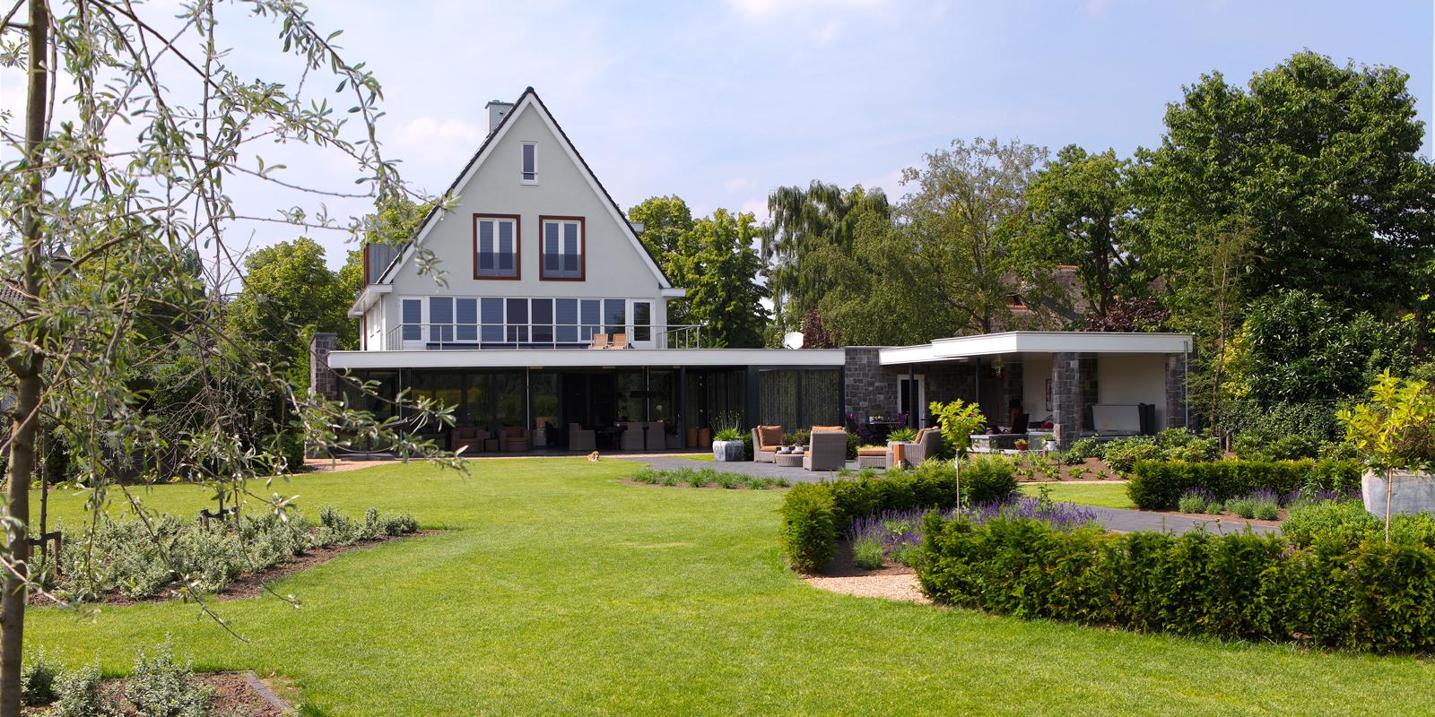 The Art of Living, Exclusief wonen, Architect Geert Verhagen, Bouwburo 3D, Bouwgroep van Stiphout, Leermakers Hoveniers, grote tuin, moderne tuin, grasveld, lounge stoelen, tuinarchitectuur, dakterras