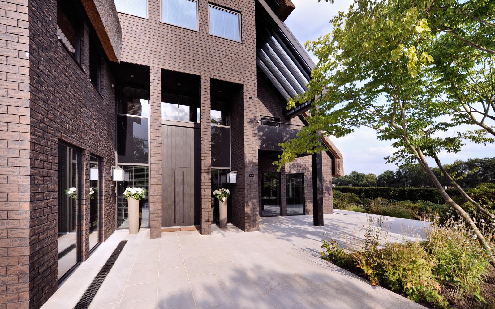 Oving Architekten B.V. heeft de unieke villa tot stand gebracht door haar unieke architectuur.