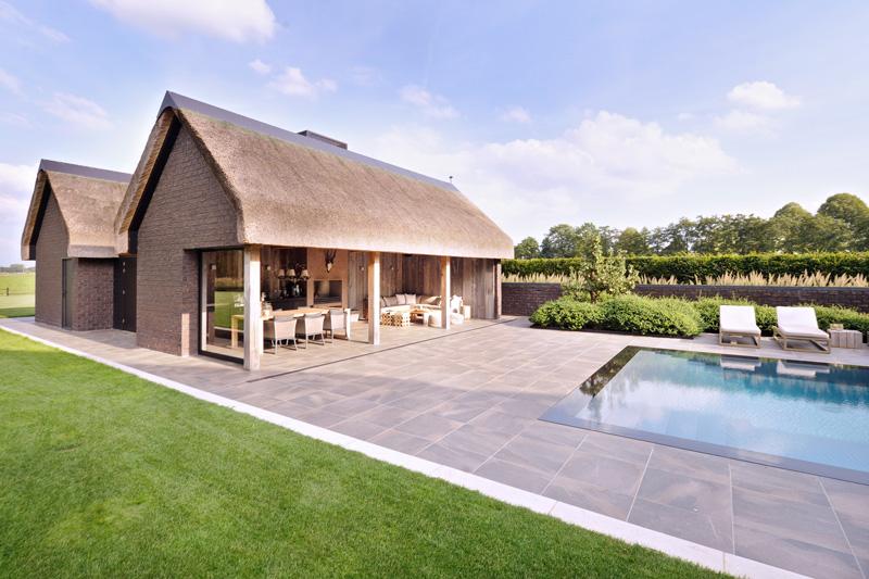 Studio REDD heeft de tuin afgewerkt met een zwembad en tuinhuis.