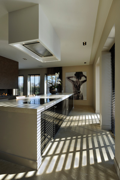 Het kookeiland biedt extra ruimte om te koken.