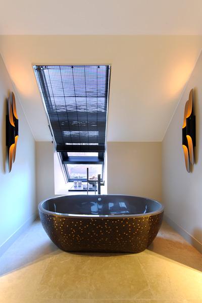 Het exclusieve ligbad staat mooi in de badkamer van Hummel.