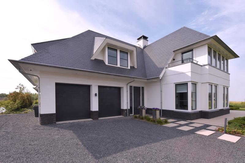 N. van Duin was de aannemer van deze prachtige villa aan het water.
