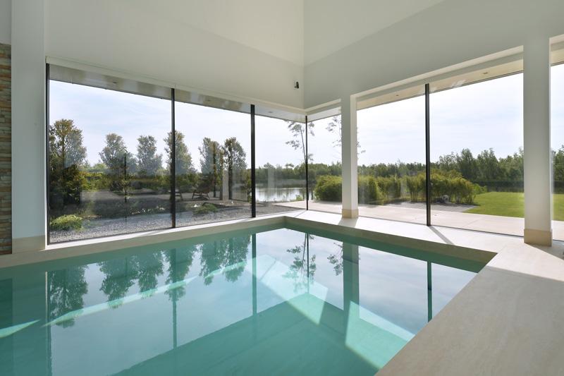 Spijker & Van Ouwerkerk heeft het luxe zwembad geregeld in deze villa.