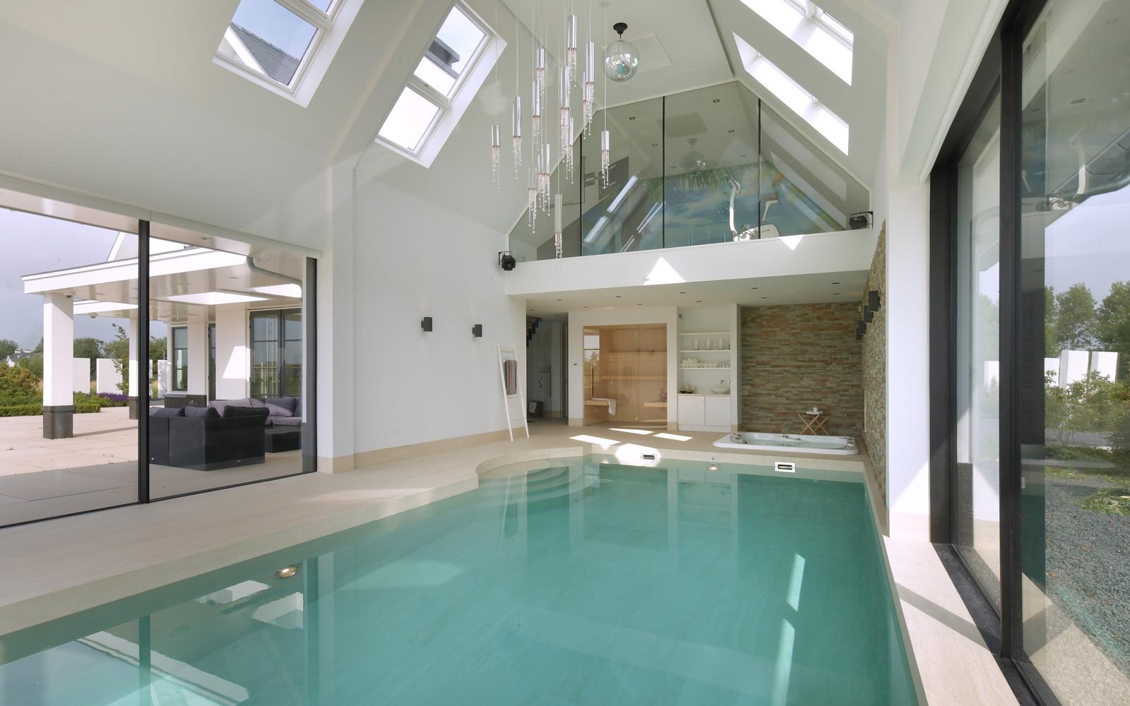 De designverlichting staat mooi op het binnenzwembad van Spijker & Van Ouwerkerk.
