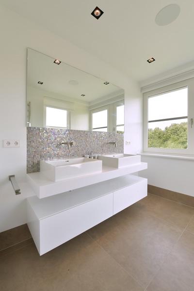 Eddie Donkers heeft de tegelvloer geregeld in de badkamer van Sjartec