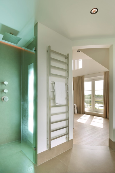 Warmerdam Installatietechniek heeft de douche in de badkamer geïnstalleerd.