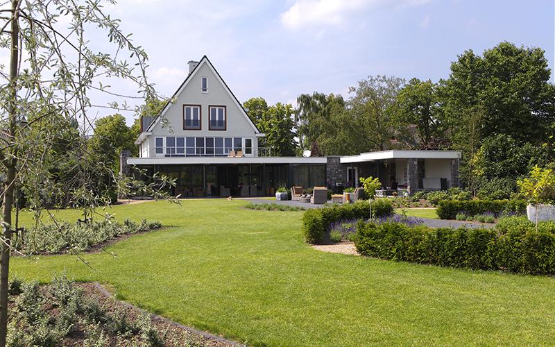 The Art of Living, Exclusief wonen, Architect Geert Verhagen, Bouwburo 3D, Bouwgroep van Stiphout, Leermakers Hoveniers, grote tuin, moderne tuin, grasveld, hovenier, villa, terras, lounge, exterieur