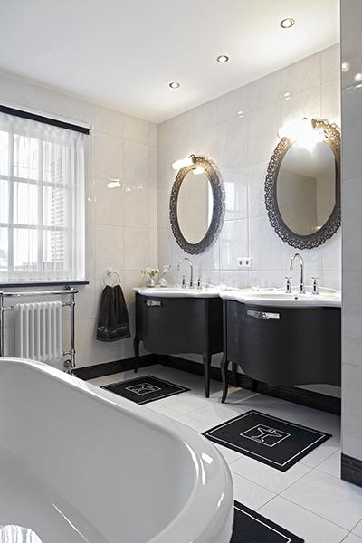 The Art of Living, Exclusief wonen, Van den Boomen Sanitair, Rademakers Elektro BV, badkamer, bad, spiegels, design, villa, interieur, tegelvloer, wit