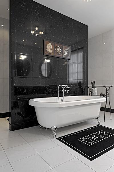 The Art of Living, Exclusief wonen, Van den Boomen Sanitair, design, badkamer, modern, sanitair, ligbad, douche, tegelvloer, interieur, zwart, wit
