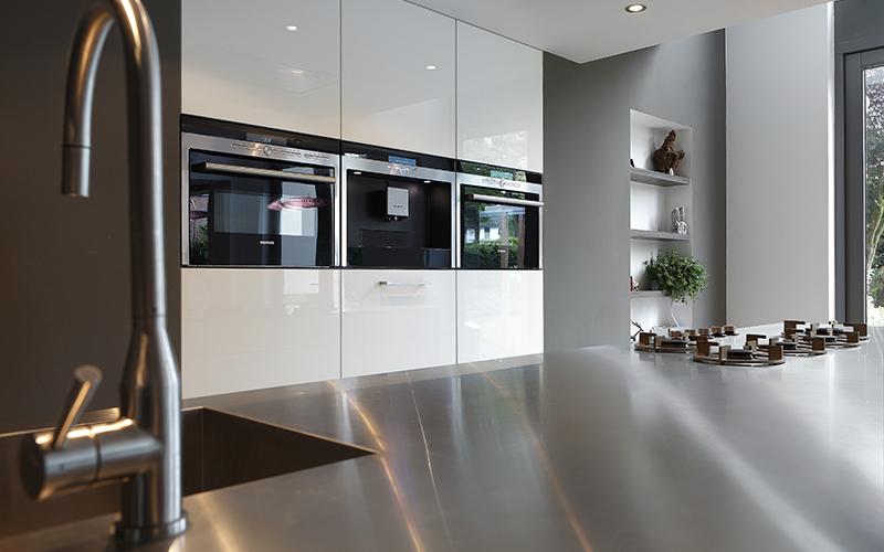 The Art of Living, Exclusief wonen, Van Ham Maatkeukens & Interieur, moderne keuken, modern keukenapparatuur, RVS keukenblad, designkeuken, luxe keuken, interieurdesign, fornuis, oven, kraan