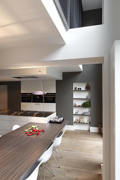 The Art of Living, Exclusief wonen, Interieurarchitect B-TOO, ruimtelijke eetkamer, moderne eetkamer, Van Den Berk Elektro, Joep Verheijen, H&T Vloeren, strak interieur, laminaat, woonkeuken, villa