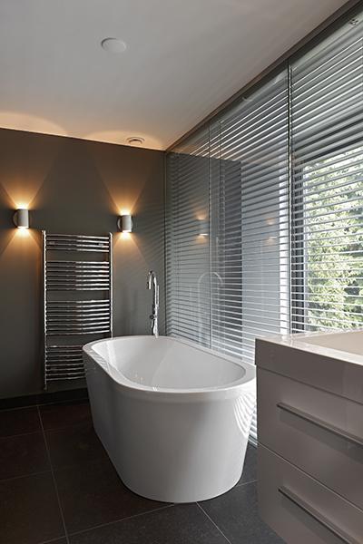 The Art of Living, Exclusief wonen, Installatiebedrijf Jan van Gerven, badkamer, interieur, bad, shutters, moderne badkamer, wellness, sanitair, shutters, tegelvloer