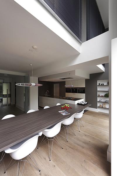 The Art of Living, Exclusief wonen, Ruimtelijke eetkamer, ruimtelijke keuken, H&T Vloeren, Aannemers Jansen & Vis, modern interieur, strak interieur, witte meubelen, hout, laminaat, shutters