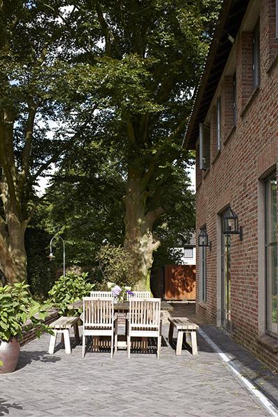 The Art of Living, Exclusief wonen, Annemariken Hilberink, metamorfose, Contrast hoveniersbedrijf, Van Nunen natuursteen, terras, klassiek, modern, tuin hovenier, exterieur, villa
