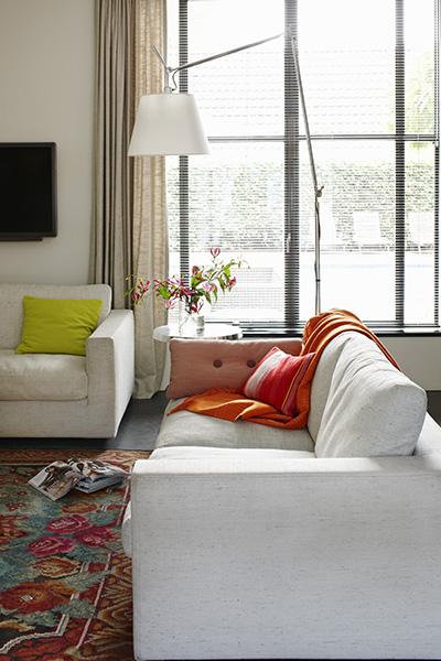 The Art of Living, Exclusief wonen, De Visser Bouw & Onderhoud BV, Interno schilderwerken, woonkamer, modern, bank, Swinkels elektro bv, ramen, zonnewering, vloerkleed, meubilair