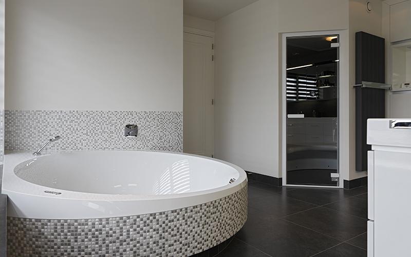 The Art of Living, Exclusief wonen, Luxe badkuip, bad, wellness, sauna, Installatiebedrijf P. Voss BV, badkamer, jacuzzi, tegelvloer, wit