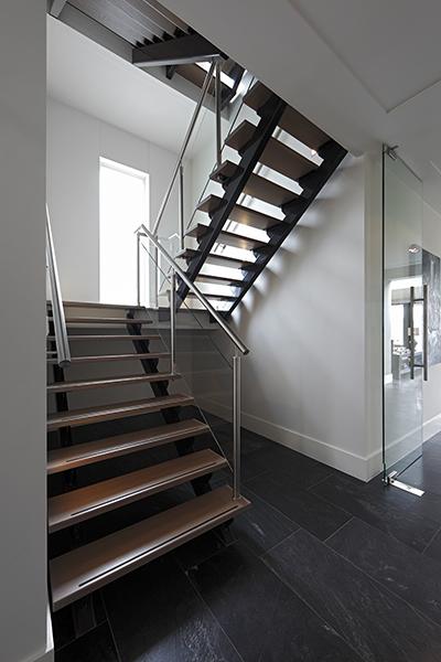 The Art of Living, Exclusief wonen, Designtrap, moderne trap, glazen deuren, Bouwgroep van Stiphout, strak interieur, exclusieve trap, tegelvloer