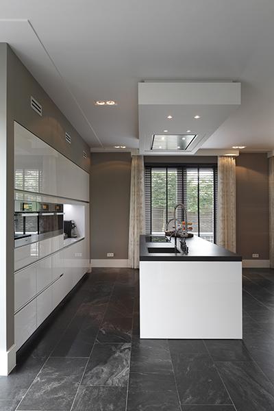 The Art of Living, Exclusief wonen, Moderne keuken, droomkeuken, witte keuken, Vloerentrend, Van der Vleuten Elektrotechniek BV, luxe keuken, villa, shutters, keukenapperatuur