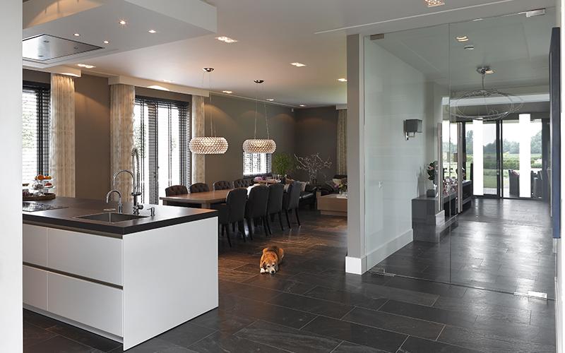 The Art of Living, Exclusief wonen, Ruimtelijke keuken, glazen deuren, moderne stijl, Vloerentrend, donkere vloer, Koek Verlichting
