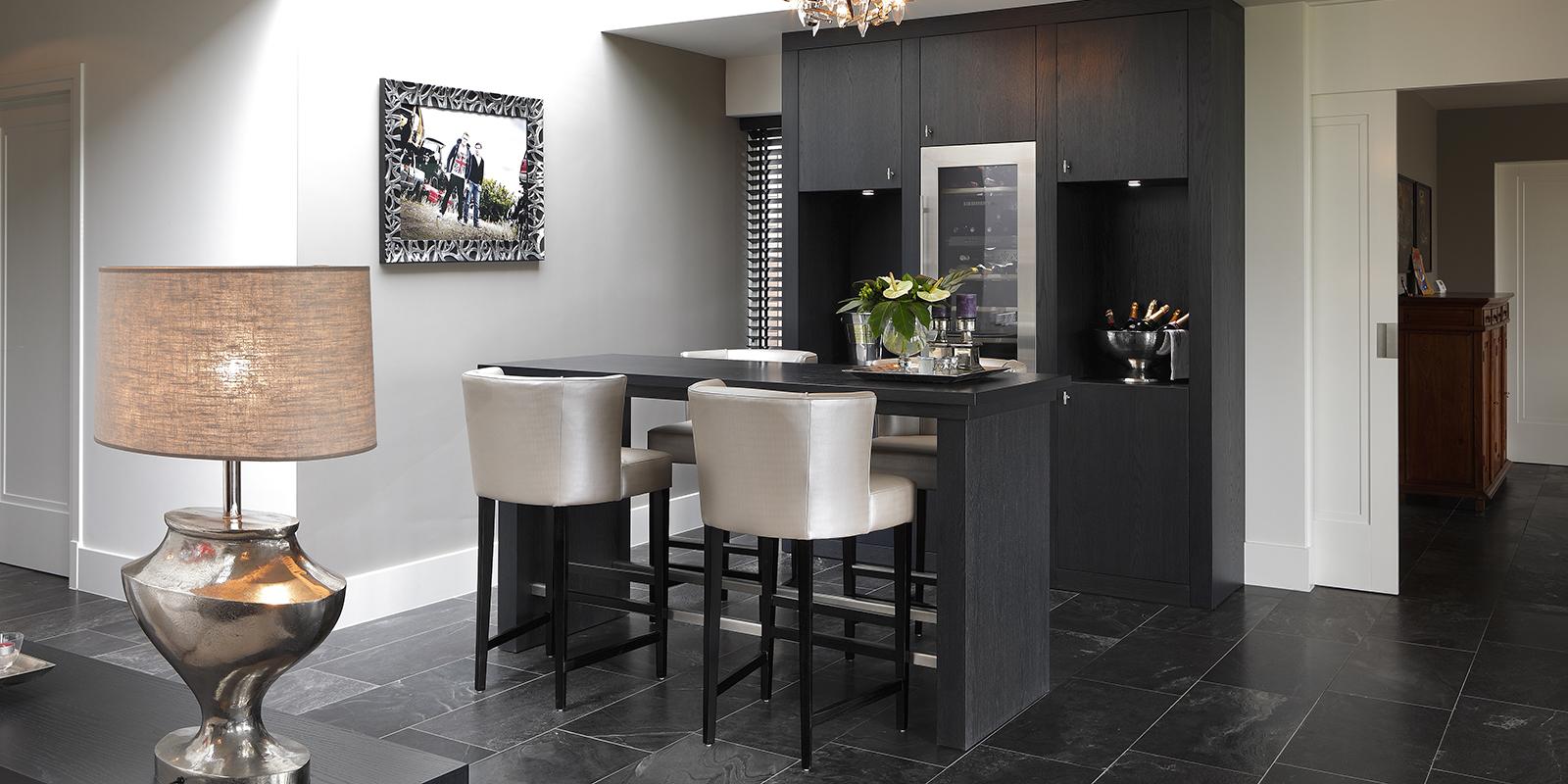The Art of Living, Exclusief wonen, Interieurbouw Vos Interieur & Stijl, modern interieur, design, bar, villa, luxe, Koek Verlichting, tegelvloer, shutters, zwart