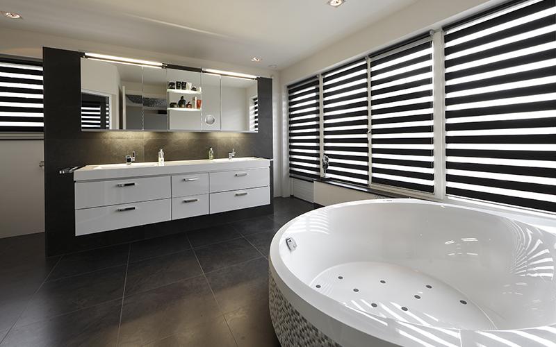 The Art of Living, Exclusief wonen, Luxe badkuip, badkamer, shutters, wit interieur, Installatiebedrijf P. Voss BV, villa wellness, moderne badkamer, badkamer inspiratie, tegelvloer, badkamermeubelen, jacuzzi