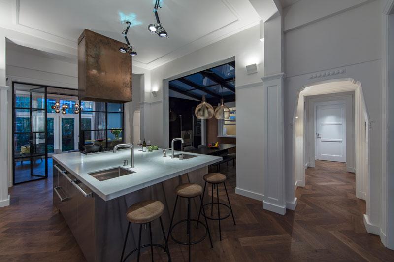 Soares Parket heeft de prachtige houten vloer geleverd die mooi staat op de keuken.