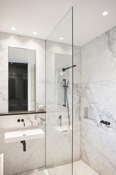 Vlassak-Verhulst, badkamer, douche, sanitair, spiegel, tegelwerk, glazen deur, exclusieve wastafel