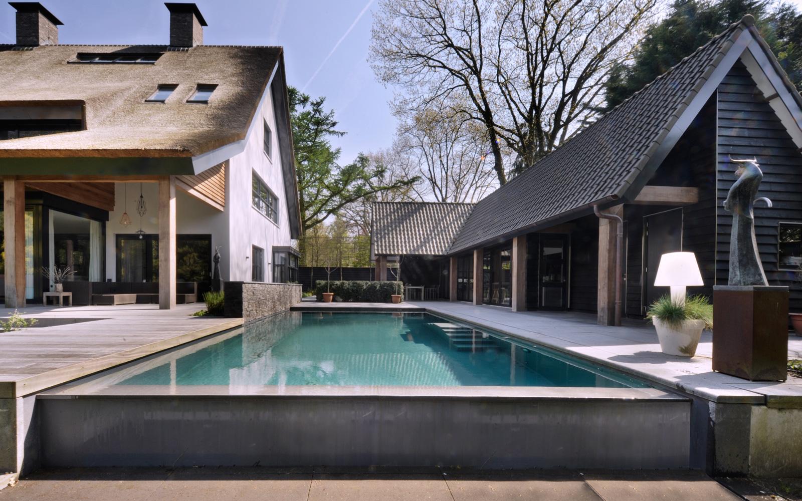 Vissers Zwembaden heeft het prachtige zwembad gerealiseerd die de tuin tot een geheel maakt.