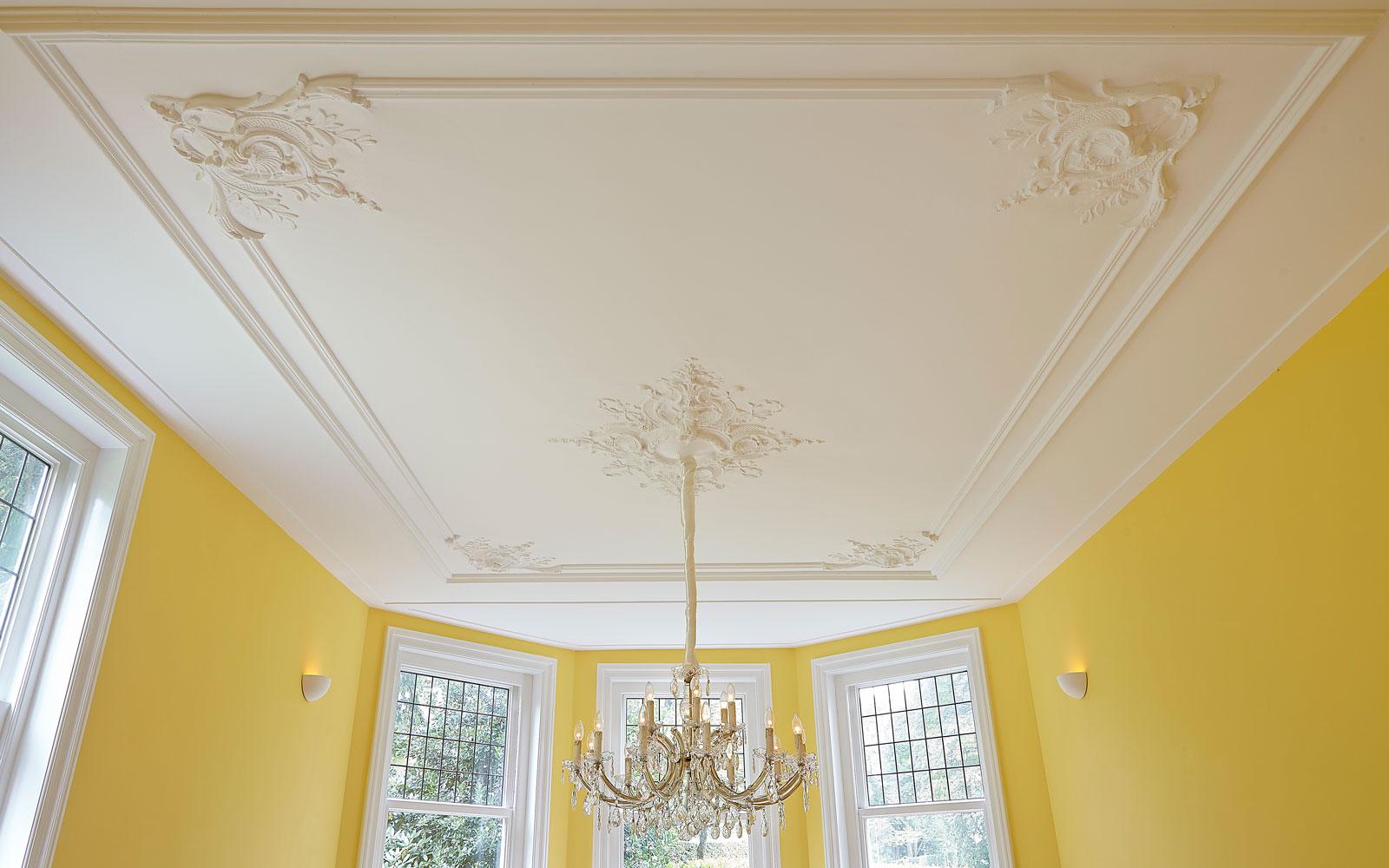 The Art of Living, Exclusief wonen, Plafond Underlayment platen Monumentale ornamenten Kroonluchter, geel, wit, kunst, schilderwerk, stucwerk, ramen, plafond