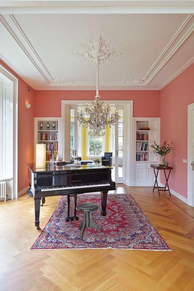 The Art of Living, Exclusief wonen, Kroonluchter Aghterhuijs Brocante en Kroonluchters Bergeijk Vleugel, piano, kroonluchter, decoratie, laminaat, vloerkleed, interieur