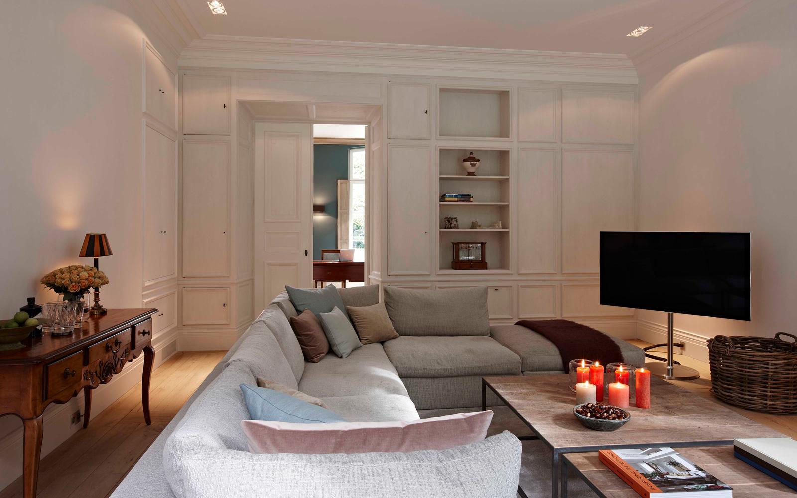 De woonkamer is sfeervol ingericht met een moderne touch.