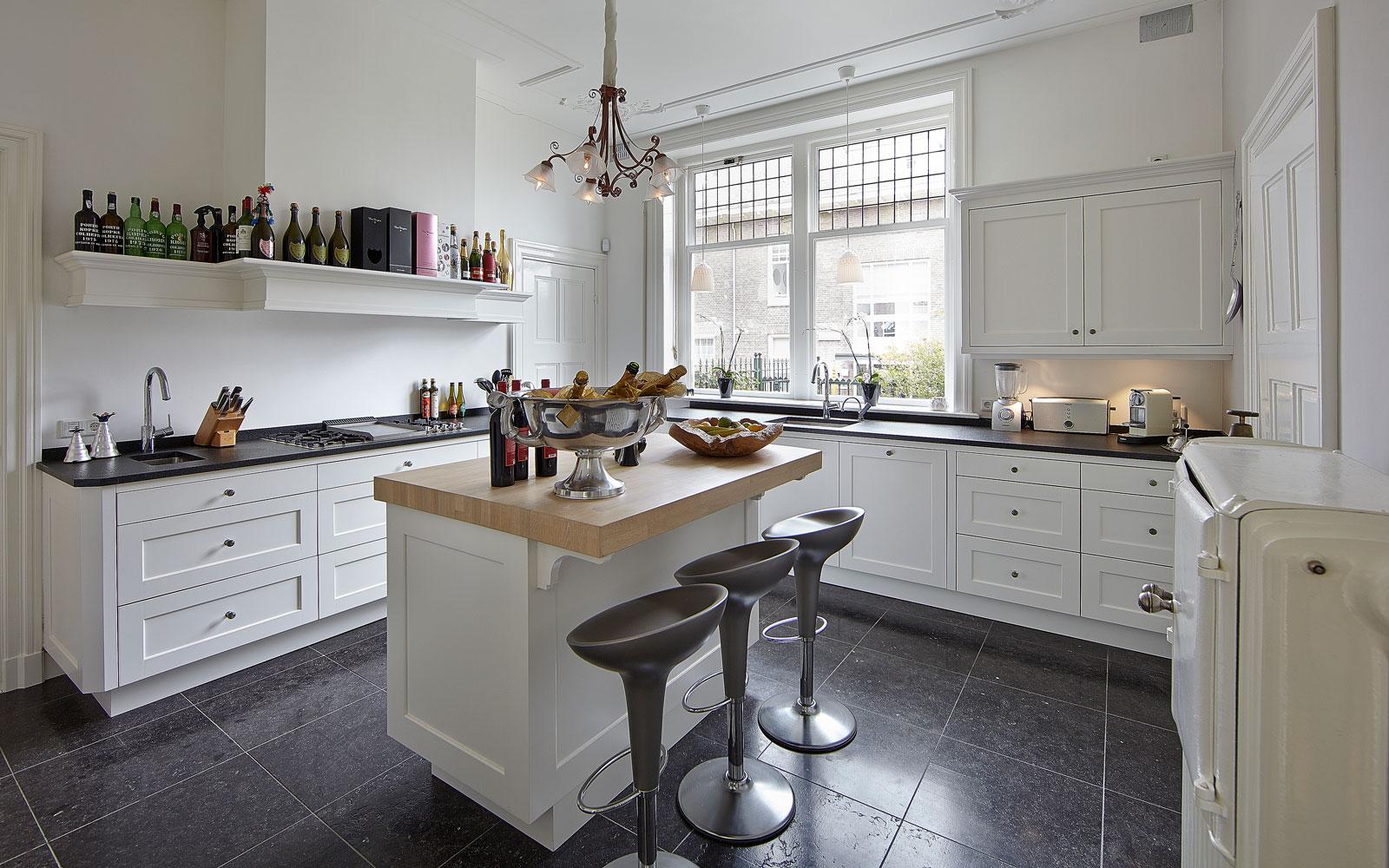 The Art of Living, Exclusief wonen, Keuken Vloer Hasper Natuursteen, keuken, design, wit, villa, tegelvloer, keukeneiland, keukenapparatuur