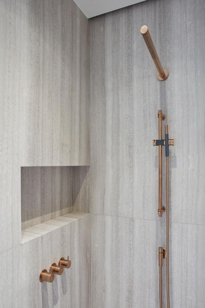 De badkamer is voorzien van een prachtige koperen douch.