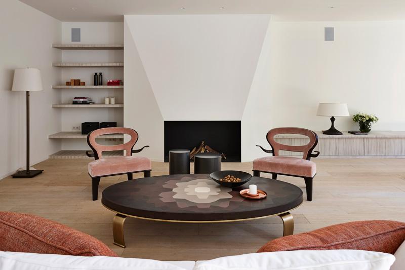 Het exclusieve interieur sluit mooi aan bij de open haard in de woonkamer.