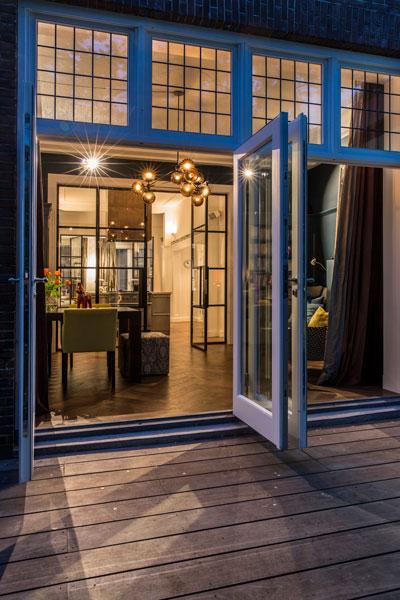 Het luxe appartement beschikt over een ruim terras.