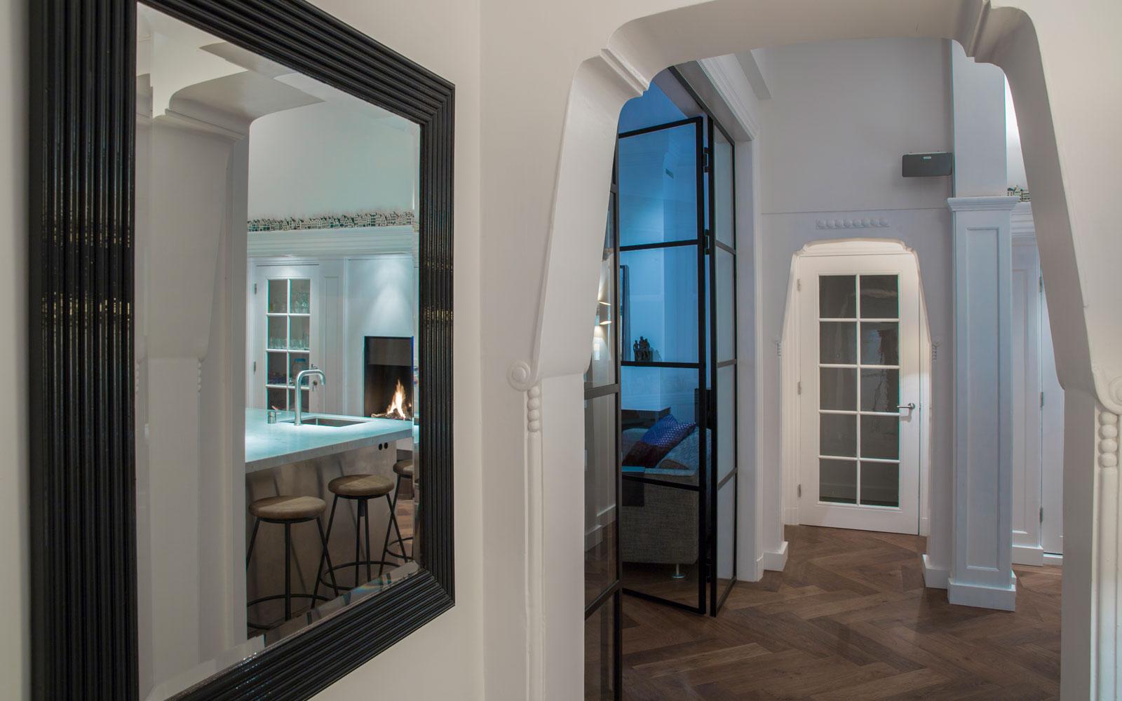 De luxe woning is verdeeld in aparte ruimtes die verbonden zijn door exclusieve deuren.