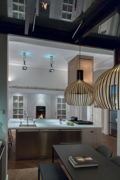 De high end keuken staat mooi op de houten vloer.