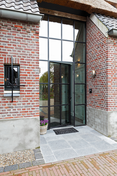 The Art of Living, Exclusief wonen, Borrenbergs Bouwbedrijf bv, stalen ramen, stalen deuren, langgevelboerderij, authentiek, rieten dak, traditioneel, exclusieve deur, tegelvloer, exterieur