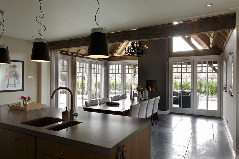The Art of Living, Exclusief wonen, Ruimtelijke keuken, ruimtelijke eetkamer, haard, panoramisch, witte kozijnen, Bestra Interobouw BV, J. Verheggen elektrotechniek, tegelvloer, lichtinval, kachel, hout