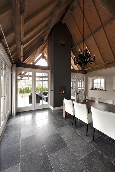 The Art of Living, Exclusief wonen, Kroonluchter, haard, donkere vloer, maatwerk, Van de Ven Architekten, wit meubilair, hoge kamer, houten dak, tegelvloer, zwart wit