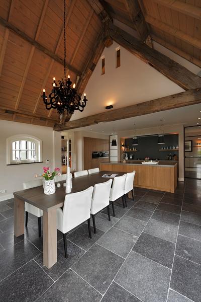 The Art of Living, Exclusief wonen, Ruimtelijke keuken, ruimtelijke eetkamer, zwarte kroonluchter, houten balken, Bestra Interbouw BV, J. Verheggen elektrotechniek