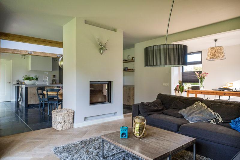 The Art of Living, Exclusief wonen, woonkamer, kachel, openhaard, design, landhuis, laminaat, tegelvloer, decoratie, vloerkleed, comfort