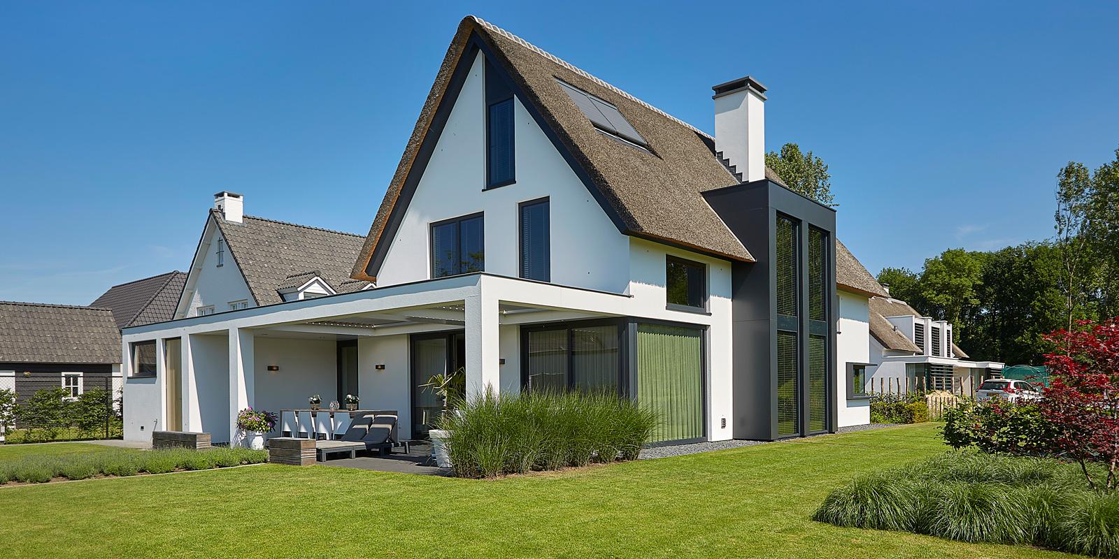 The Art of Living, Exclusief wonen, VLCS Architecten, Bert Spierings, tuin, buitenterras, gazon, rieten dak, modern klassiek, Van Mierlo, overkapping, exterieur, tuinarchitectuur, zwarte kozijnen