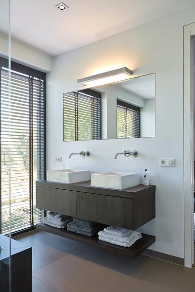De badkamer is voorzien van luxe shutter die het zonlicht tegen gaan.