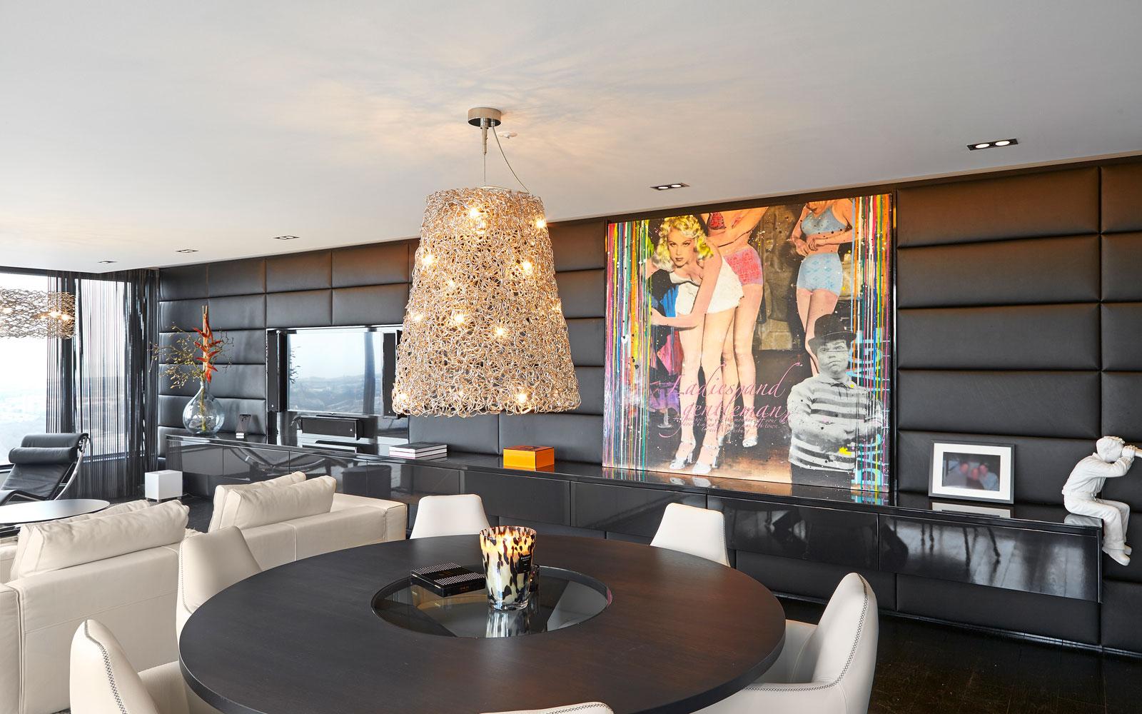 The Art of Living, Exclusief wonen, Glass Inside. Penthouse Roelfien Vos, RMR Interieur, Luijben Totaal, verlichting, interieur, woonkamer, meubelen, televisie, leren wand, schilderij