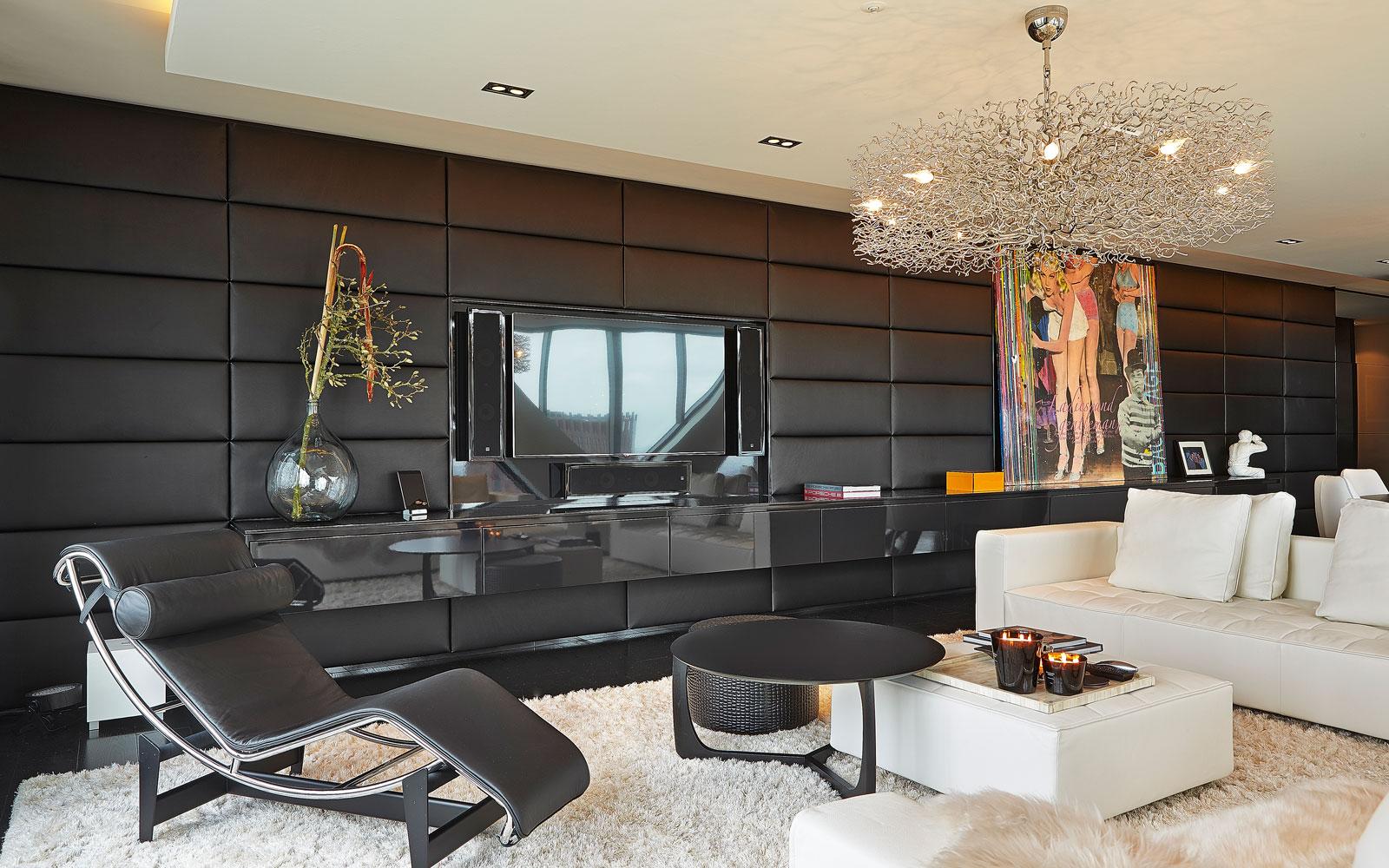 The Art of Living, Exclusief wonen, Penthouse Roelfien Vos, RMR Interieur, Luijben Totaal, televisie, woonkamer, luxe meubelen, comfort, schilderij, vloerkleed, wit, zwart