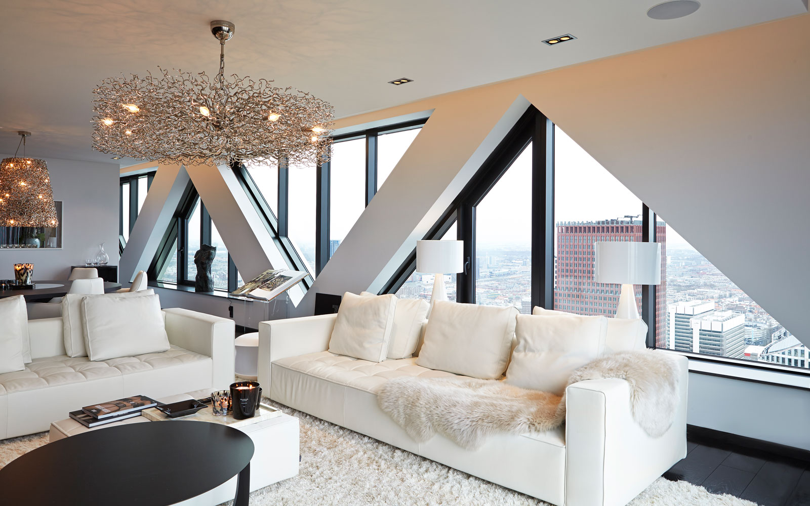 The Art of Living, Exclusief wonen, Penthouse Roelfien Vos, interieurdesign, uitzicht, vloerkleed, modern interieur, interieurinspiratie, designverlichting, moderne bank, zwarte kozijnen