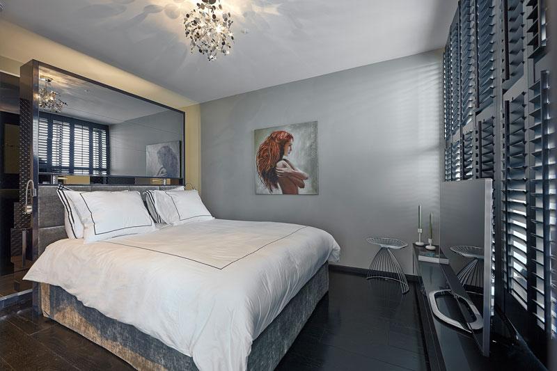 The Art of Living, Exclusief wonen, Slaapkamer Bed Nilson Beds Masterbedroom, slaapkamer, design, spiegel, bed, zwart laminaat, shutters, schilderij, meubilair
