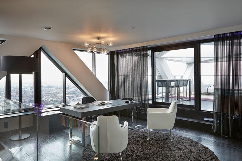 The Art of Living, Exclusief wonen, Kantoor, penthouse, uitzicht, designverlichting. Jasno Shutters, shutters, zwarte kozijnen, glazendeur, vloerkleed, design meubelen