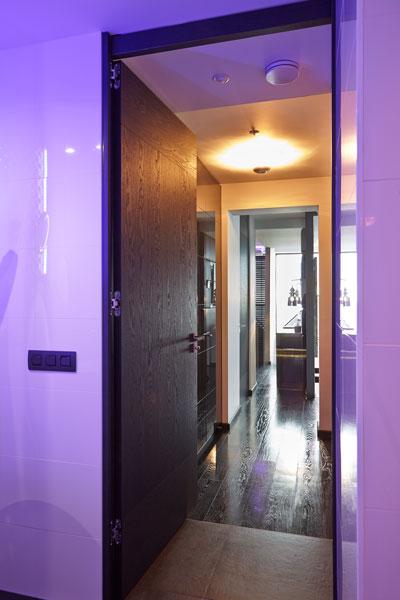 The Art of Living, Exclusief wonen, Hal Penthouse LEDverlichting Luijben Totaal Bohemian Works, design, interieur, verlichting, paars, zwart laminaat, tegelvloer, stijl, modern